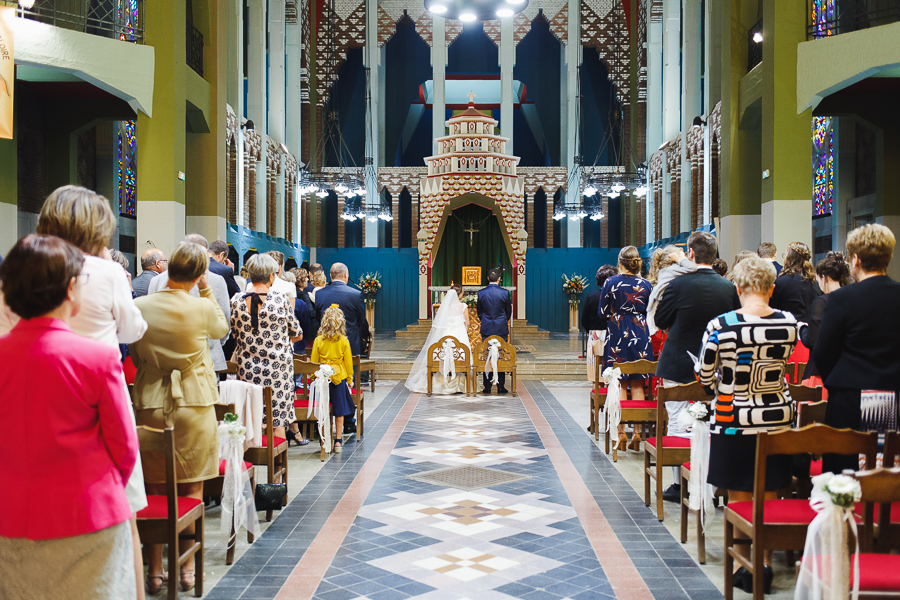 cérémonie mariage église Saint Chrysole Comines vue sur invités et mariés de dos photographe mariage Roncq Lille Nord Hauts de France