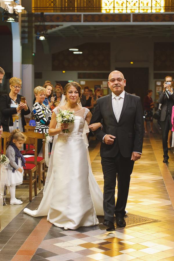 cérémonie religieuse Comines entrée église mariée au bras de son père_photographe mariage famille Lille Wambrechies Nord Pas de Calais Hauts de France