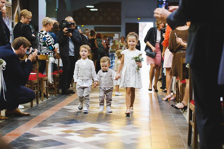 cérémonie religieuse Comines entrée des enfants d'honneur photographe mariage et famille Roncq Lille Nord Pas de Calais Hauts de France