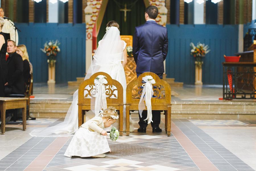cérémonie religieuse Comines les mariés et la fille d'honneur photographe mariage Roncq Lille Nord Hauts de France