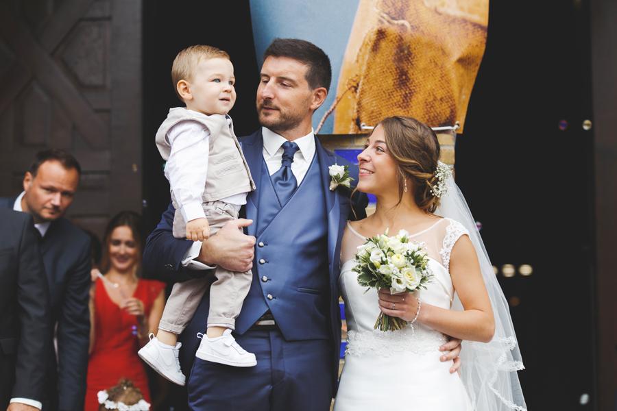 cérémonie religieuse Comines portrait du jeune couple avec enfant photographe mariage famille Lille Wambrechies Nord Pas de Calais Hauts de France
