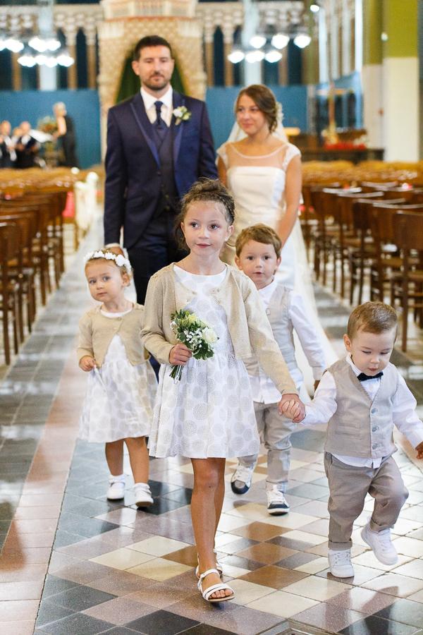 cérémonie religieuse Comines sortié des mariés et des enfants d'honneur photographe mariage et famille Roncq Lille Nord Pas de Calais Hauts de France