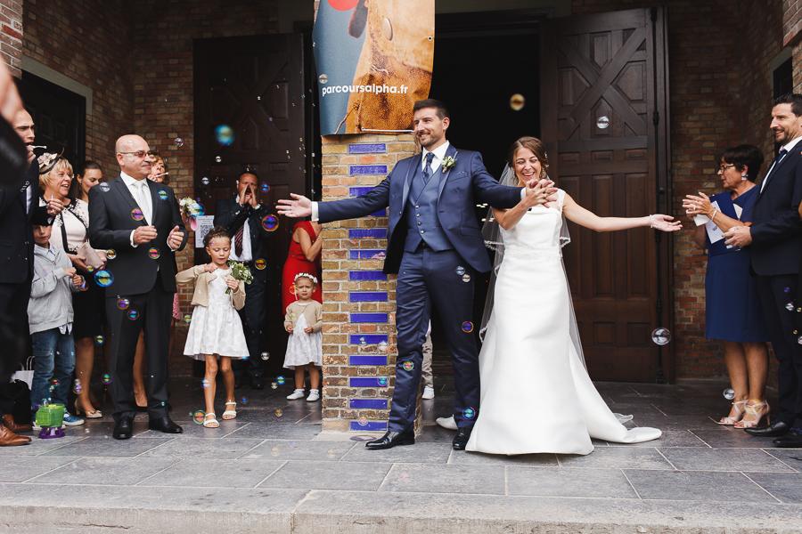 cérémonie religieuse Comines sortie du couple applaudissements photographe mariage Comines Lille Nord