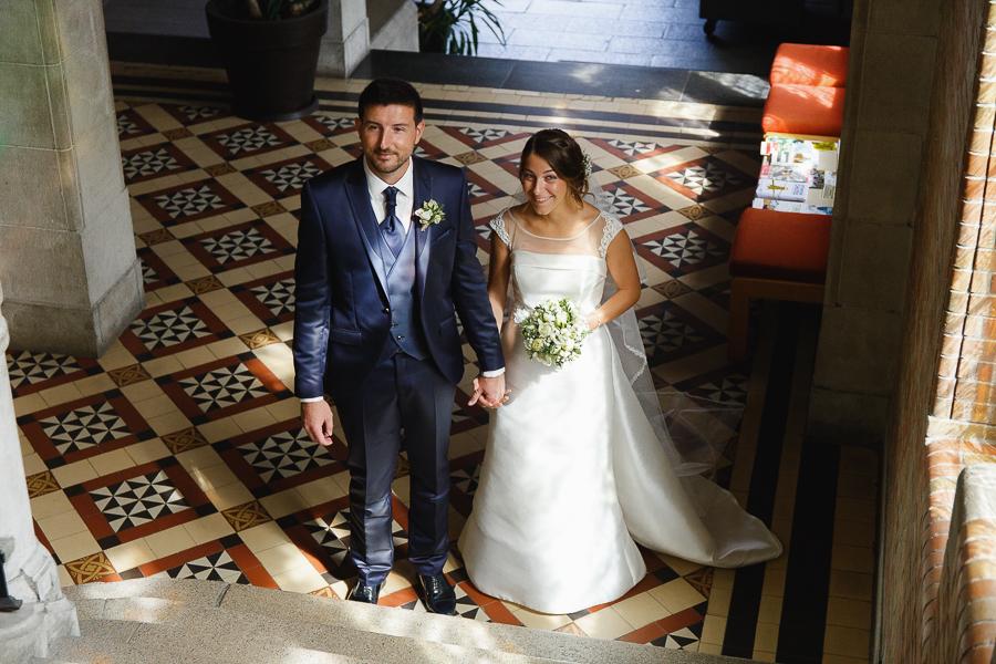 couple escalier mairie de Comines avant cérémonie civile photographe mariage Nord Belgique Flandres