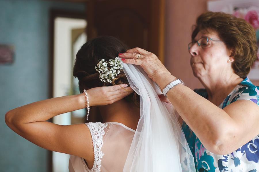 habillage de la mariée le voile photographe mariage Nord Lille Comines Belgique