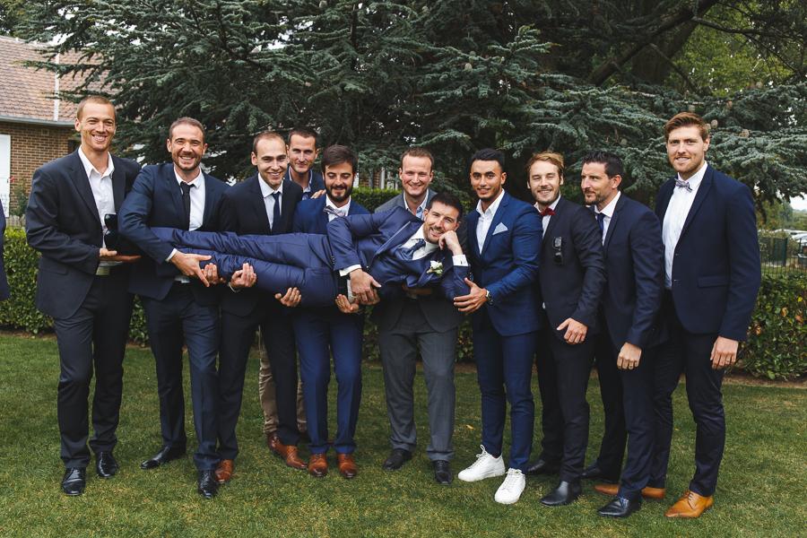 photo de groupe fun le marié et ses amis Fred Laurent photographe mariage Nord Lille Roncq Hauts de France