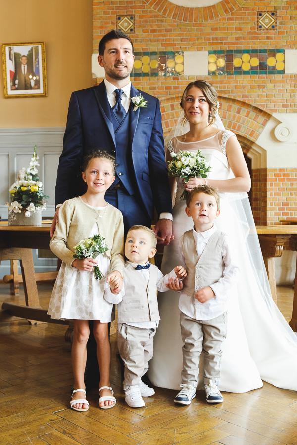 portrait couple et enfants d'honneur mairie de Comines France photographe mariage famille Nord Lille Douai Arras