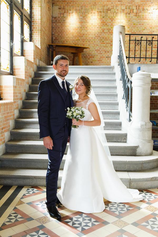 portrait couple fraîchement marié mairie de Comines photographe mariage famille Nord Lille Douai Arras