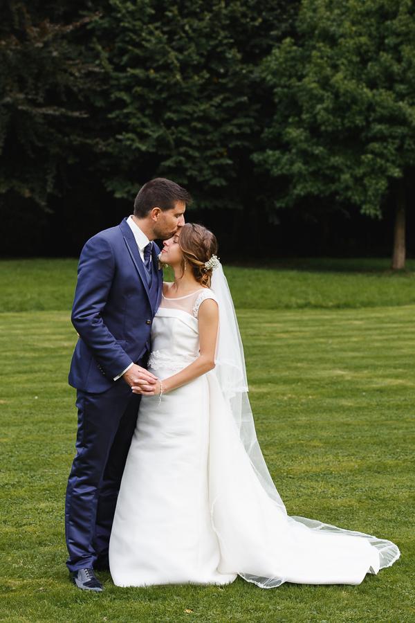 séance couple mariés portrait au parc Werviq photographe mariage Nord Hauts de France Comines