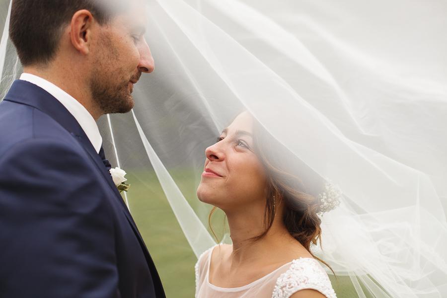 séance couple mariés sous le voile Fred Laurent photographe mariage Comines Lille Nord Hauts de France