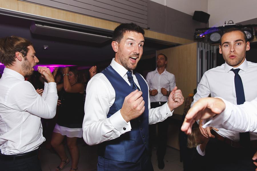 soirée mariage Roncq Nord marié et amis sur dancefloor photographe mariage Lille Comines Roncq Hauts de France