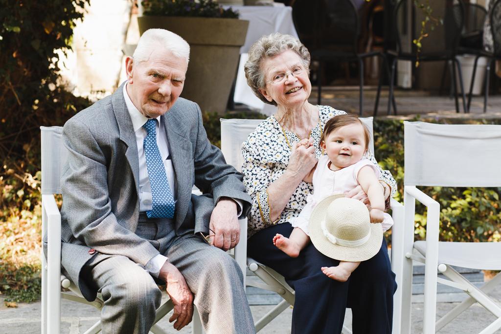 portrait du couple assis sur la terrasse avec petit enfant sur les genoux anniversaire de mariage Nord