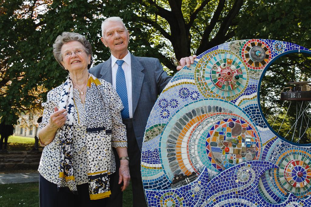 portrait du couple devant une sculpture  dans le parc du Manoir photo noces de diamant
