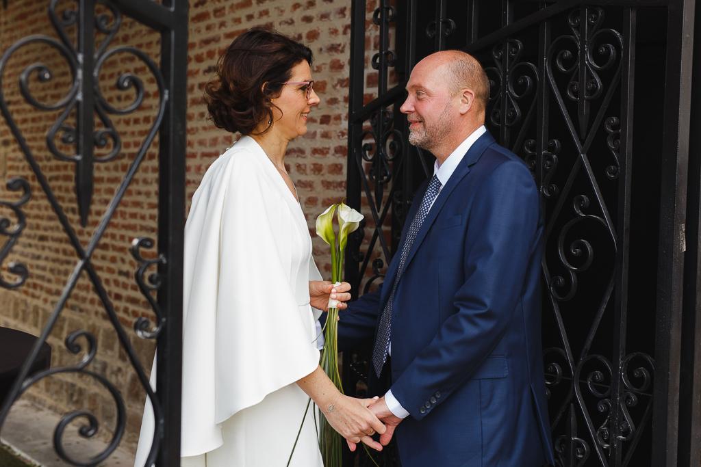 photo du couple de mariés face à face entrée du château Wambrechies