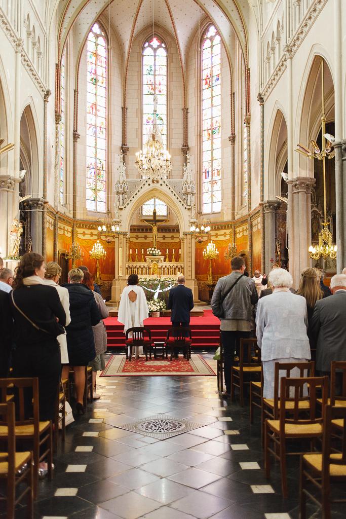 vue de dos sur couple et invités dans église Saint Vaast Wambrechies proche Lille Nord