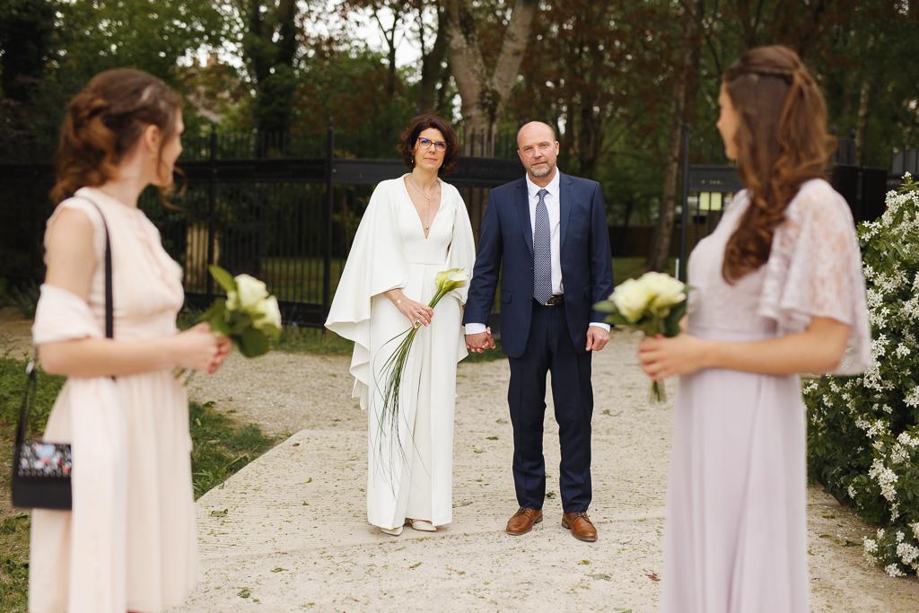 mariés entouré de leurs filles séance couple dans le parc du château de Robersart à Wambrechies