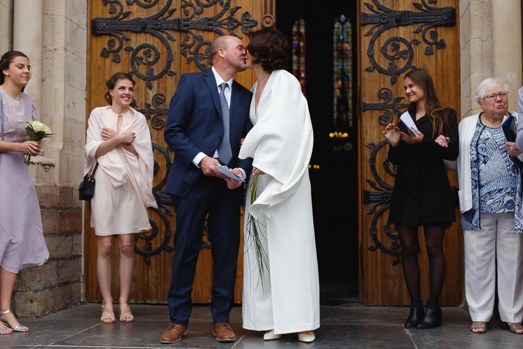 bisou des mariés devant l'église de Wambrechies Nord Hauts de France