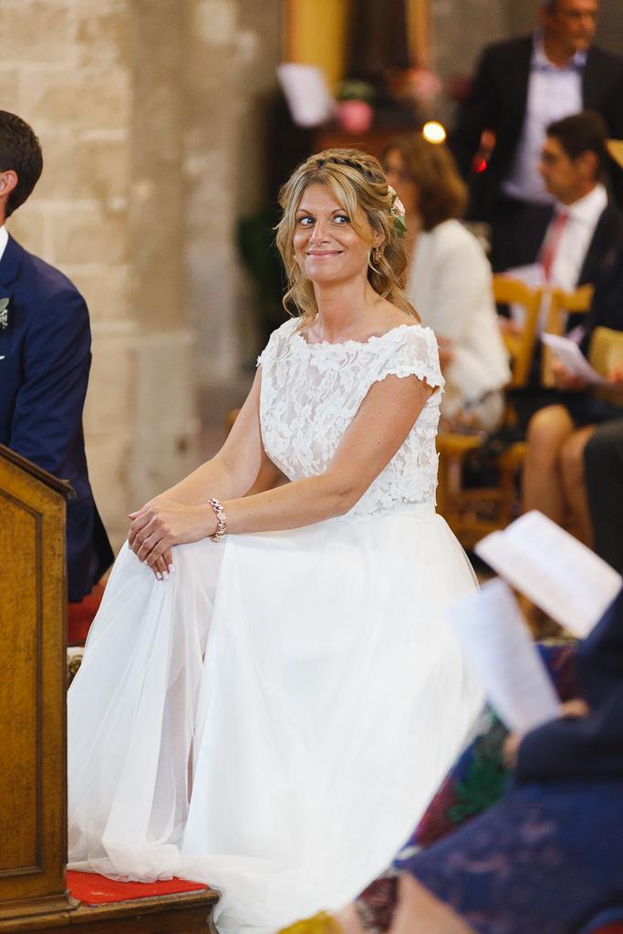 Le sourire complice de la mariée lors de la cérémonie religieuse à Boulogne