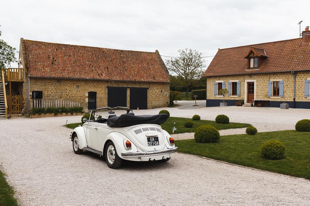coccinelle des mariés cour du domaine de la Magreville reportage mariage Hauts de France