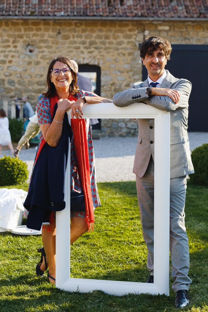 couple debout se reposant sur grand cadre blanc portrait mariage Hauts de France Bellebrune