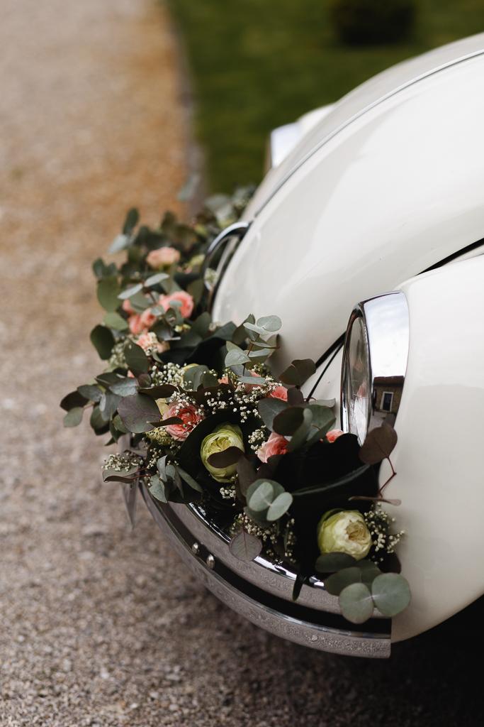 décoration florale de la voiture des mariés eucalyptus roses gypsophile
