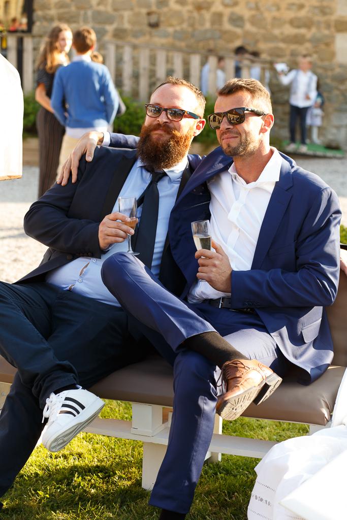 deux amis assis sur banc vin d'honneur mariage La Magreville