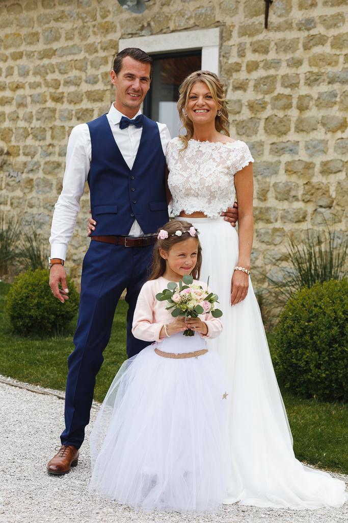 futurs époux et fille avec bouquet à la Magreville Bellebrune photographe mariage Lille Nord Boulogne