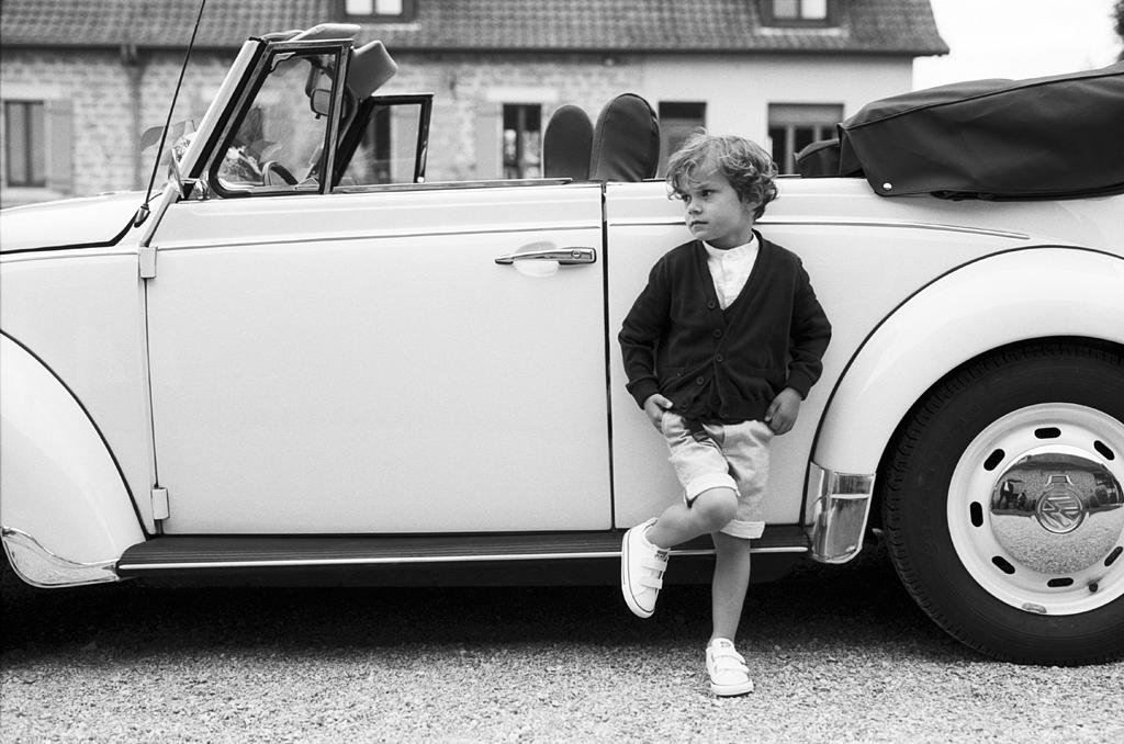 garçon et voiture instant préparatifs mariage noir et blanc