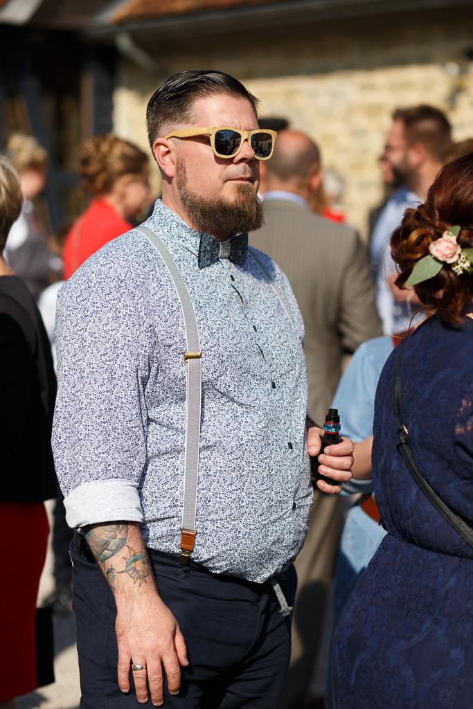invité vin d'honneur aux lunettes de soleil et nœud papillon photographe mariage portrait Hauts de France