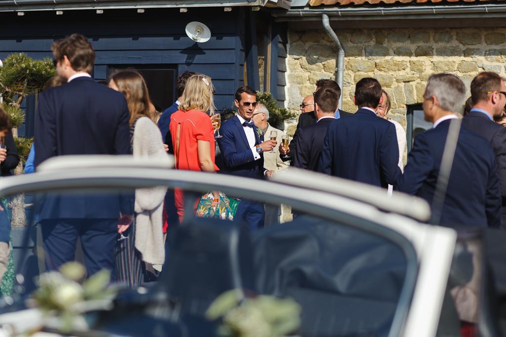 marié au milieu des invités vin d'honneur estival La Magreville