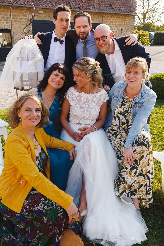 mariée à la Magreville entourée d'amis et de proches séance photobooth extérieur Hauts de France