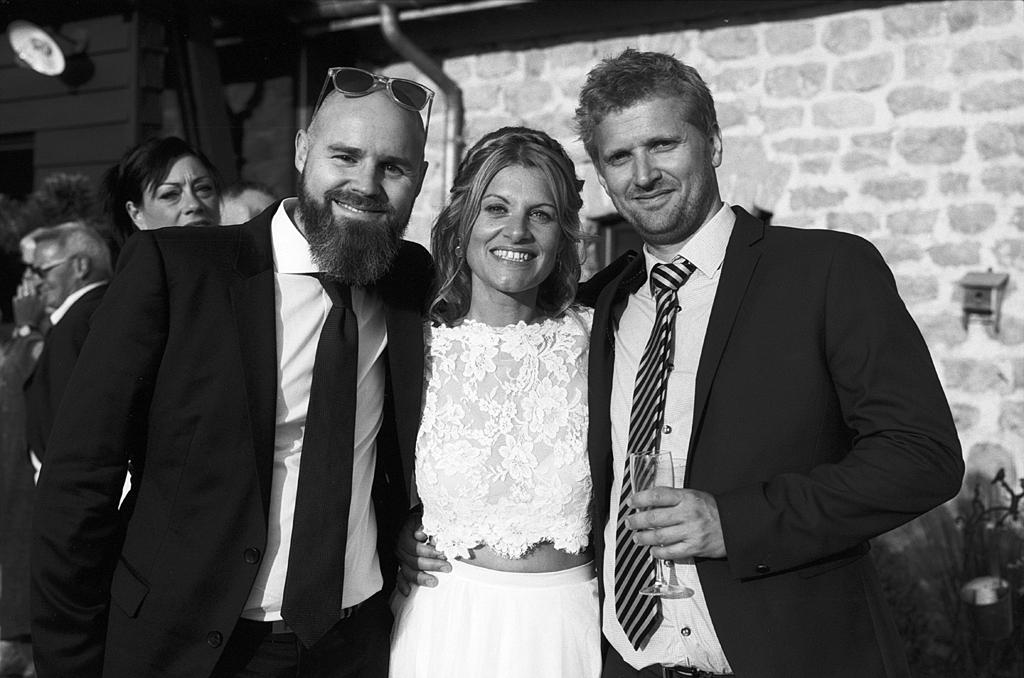 mariée et deux invités vin d'honneur photographe mariage noir et blanc argentique