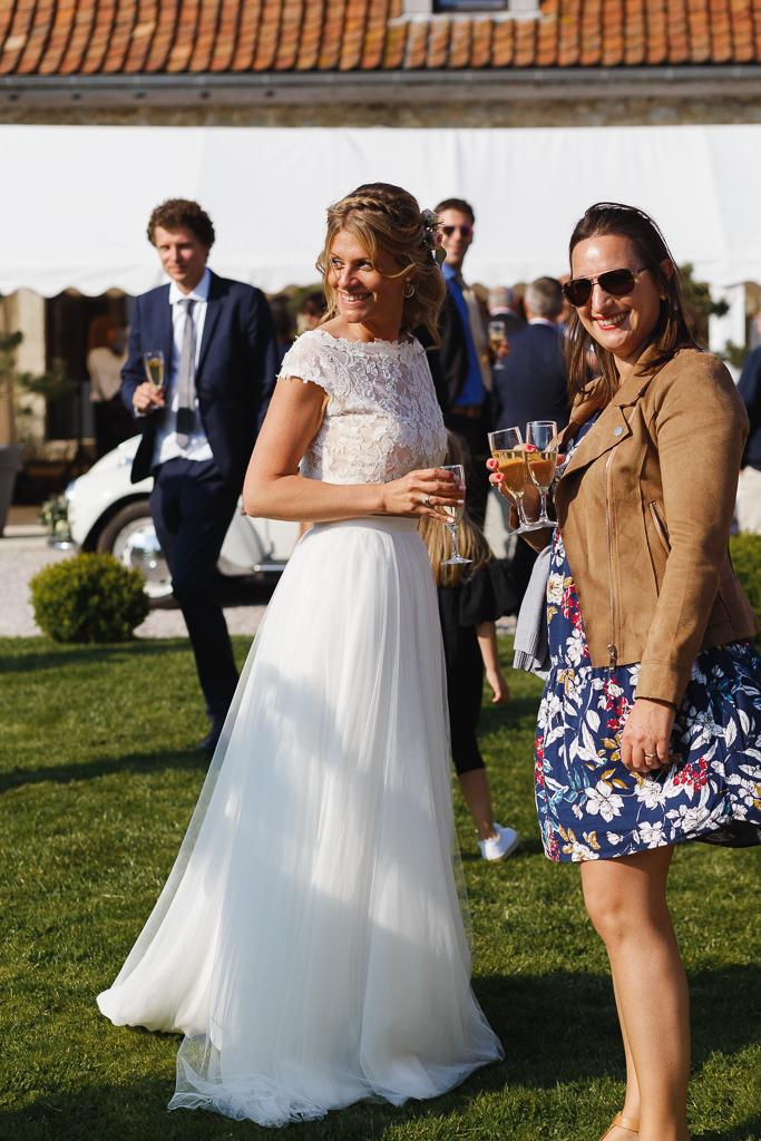 mariée et invitée au soleil vin d'honneur réception dans la cour Mariage bucolique à La Magreville Bellebrune