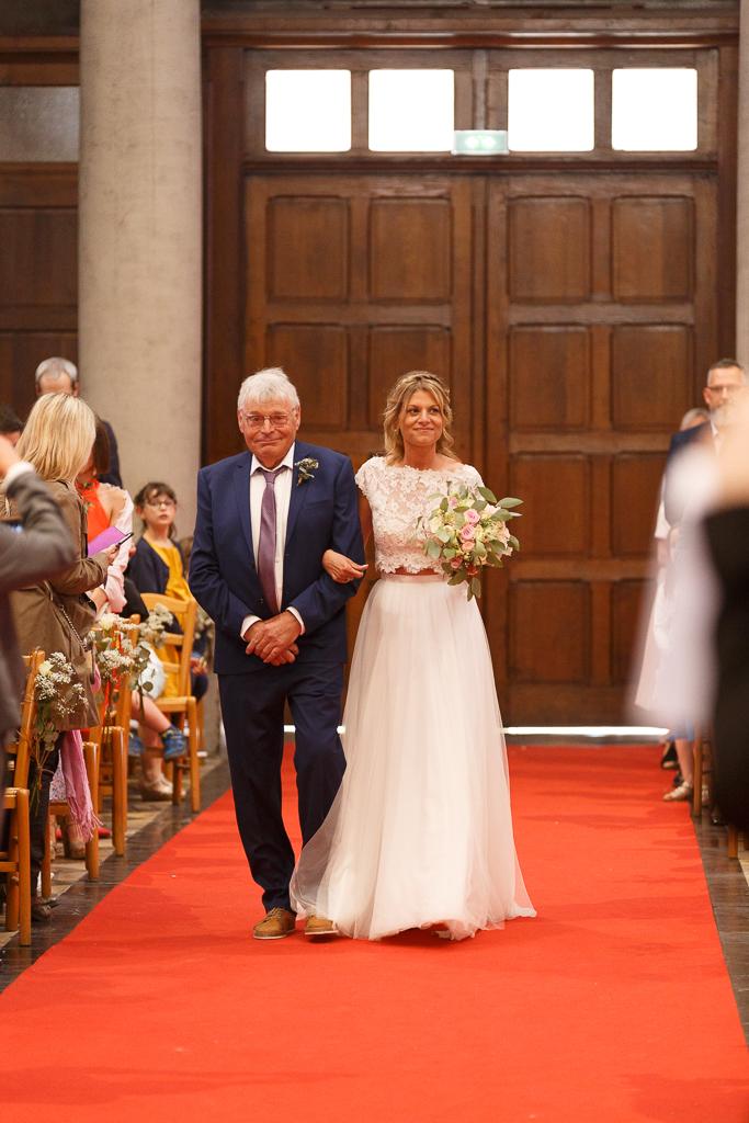 mariée et père entrée église tapis rouge photographe mariage Fred Laurent Nord Pas de Calais