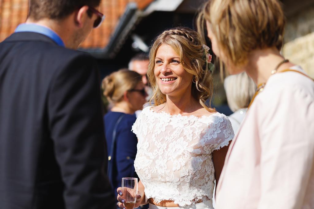 mariée prise sur le vif avec proches pendant cocktail photographe Fred Laurent mariage événement