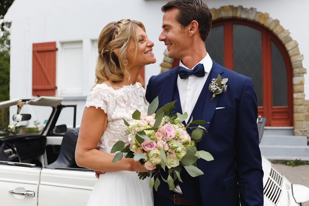 mariés et coccinelle devant mairie Condette reportage photo mariage Nord Pas de Calais