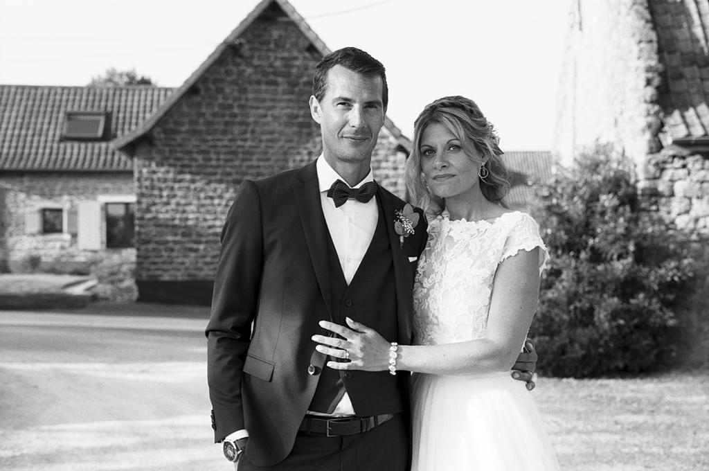 mariés à La Magreville Bellebrune photographe mariage noir et blanc Nord Pas de Calais