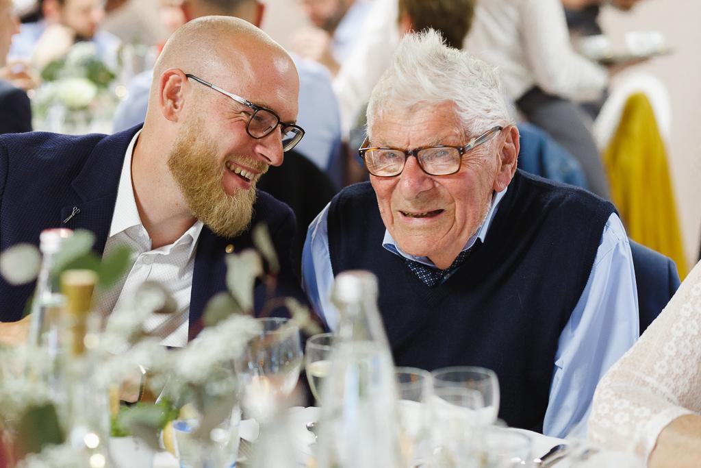 rire deux invités réception mariage repas à La Magreville