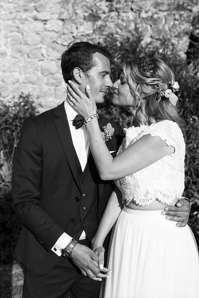 séance couple aux abords du domaine en noir et blanc argentique Fred Laurent photographe mariage événément Nord Hauts de France