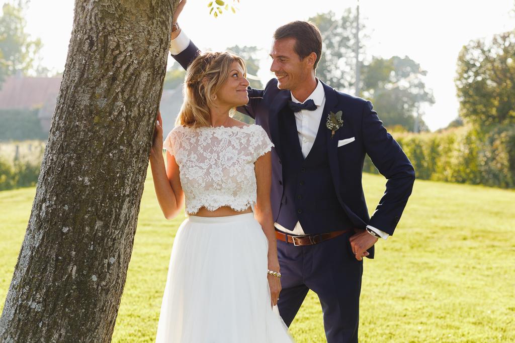 séance couple regard complice jeunes mariés à la campagne