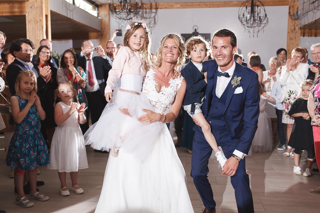 soirée mariage La Magreville mariés et enfants convives applaudissent