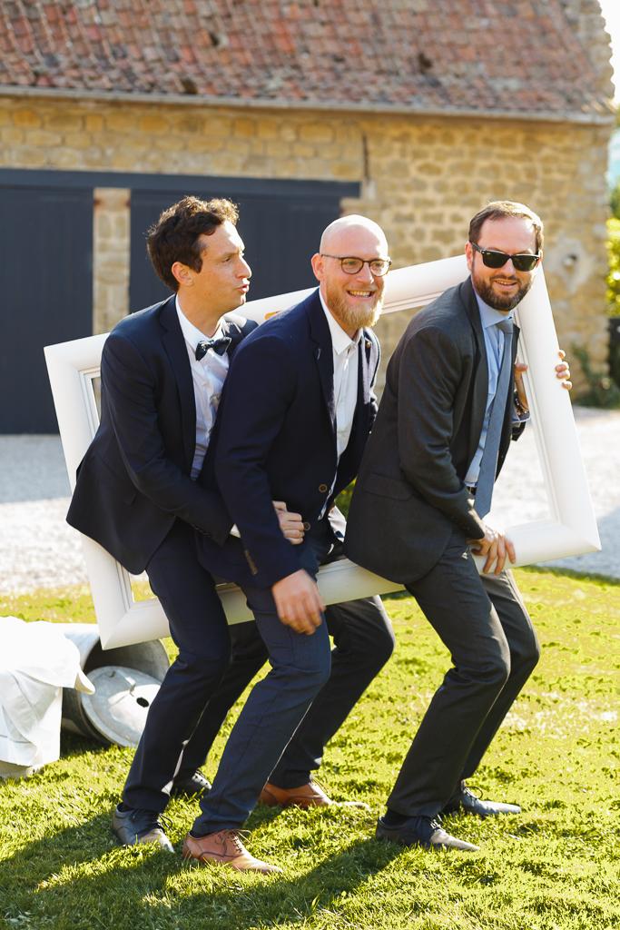trois hommes posant avec cadre séance groupe mariage Côte d'Opale