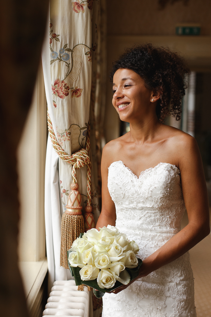 mariee bouquet de roses blanches a la main a la fenetre reportage mariage hauts de france gosnay