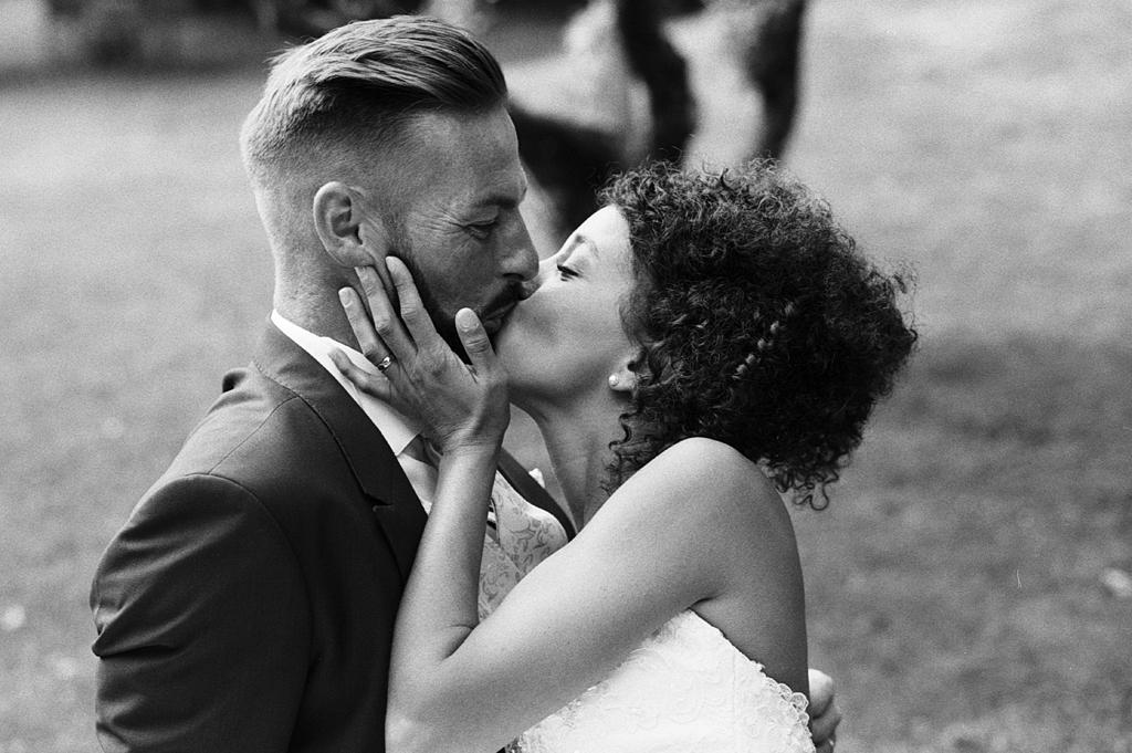 bisou des mariés portrait noir et blanc argentique photographe mariage pro