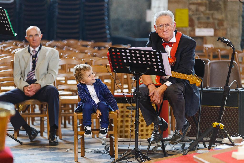 le guitariste et l'enfant lors de la célébration de mariage à l'église St-Nicholas à Boulogne-sur-Mer