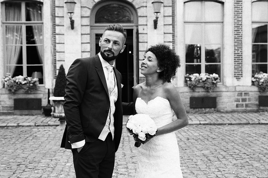 Couple de mariés à l'hôtel de La Chartreuse à Gosnay Photographe mariage noir et blanc