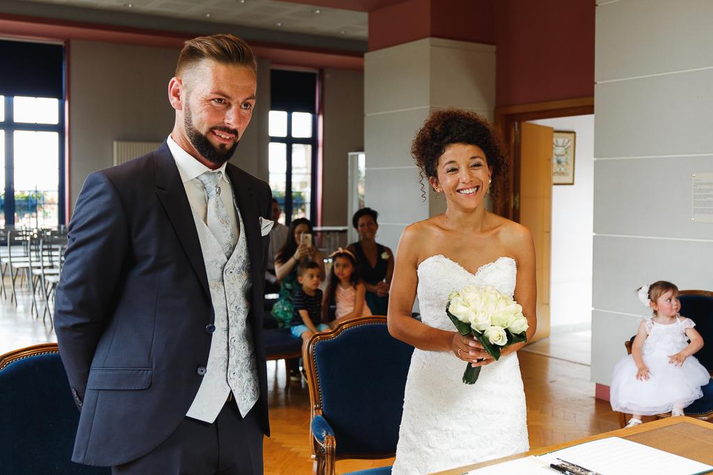 couple souriant ceremonie civile photographe mariage en petit comite pas de calais