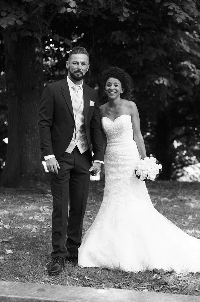 couple maries en noir et blanc dans l artois photographe mariage pro specialise argentique
