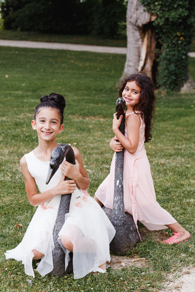 deux jeunes filles assises sur sculptures cygnes parc domaine chartreuse photo sur le vif mariage