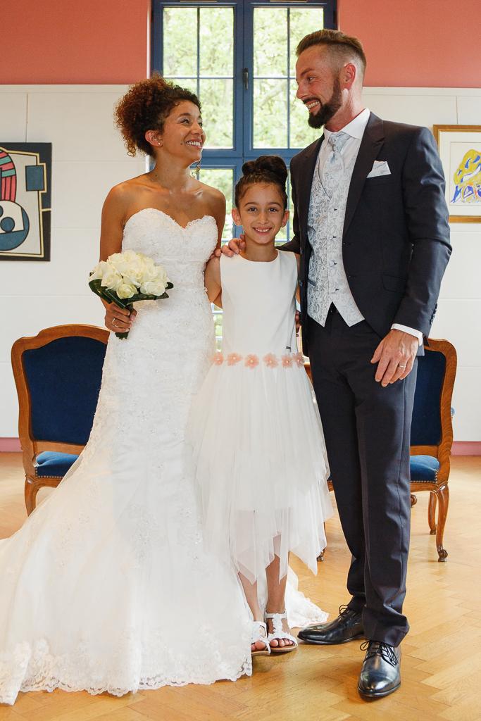 jeunes maries et leur fille grand sourire mairie hauts de france photographe portrait famille fred laurent